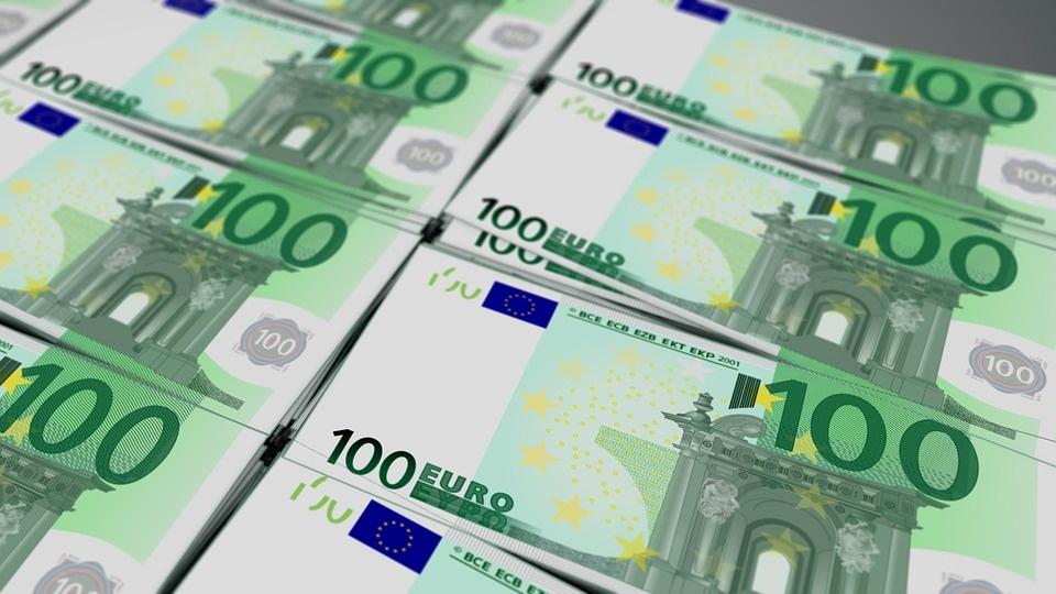 Platby mimo eurozóny budú lacnejšie, rozhodol o tom Európsky parlament